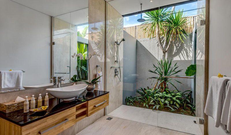 Villa Aramanis Damai Guest ensuite bathroom two
