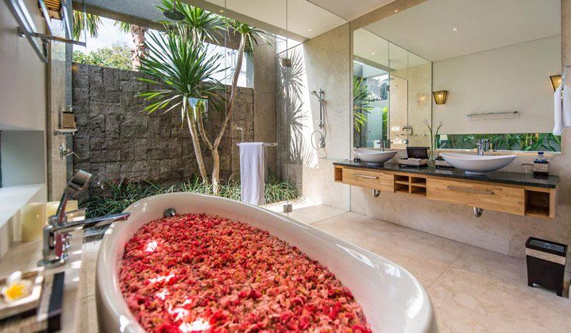 Villa Aramanis Damai Master bathroom