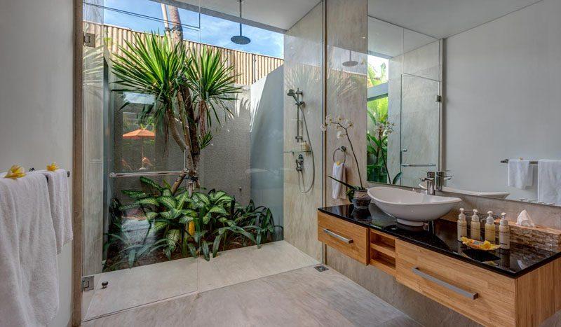 Villa Aramanis Indah Guest ensuite bathroom one