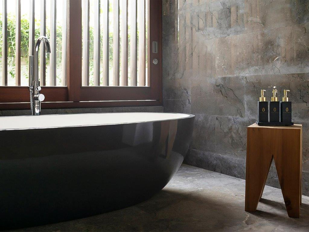 8. Villa Indrani   Amenities and bathtub